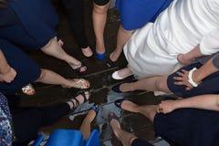 La novia y las damas de honor hermosas muestran apagado sus zapatos en la boda Imagenes de archivo