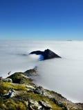 La nube cubrió la visión desde el snowdon en País de Gales imagenes de archivo