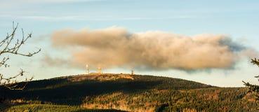 La nube cuelga sobre la cumbre de Brocken en el Harz alemán fotos de archivo