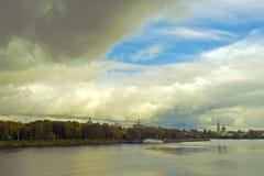 La nube enorme, avanzando lentamente, cierra el cielo azul Fotos de archivo libres de regalías