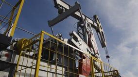 La nueva bomba potente Jack con la plataforma extrae el aceite almacen de metraje de vídeo