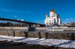 La nueva catedral de Cristo el salvador y el puente peatonal del patriarcado sobre el río de Moscú en Moscú Rusia Imagen de archivo