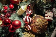 La nueva idea para adornar el árbol de navidad por el caramelo de las bolas de los juguetes apelmaza los dulces Foto de archivo