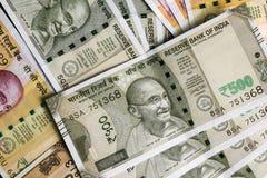 La nueva moneda india, las rupias de la rupia, 200 y 500 observan como fondo fotografía de archivo libre de regalías