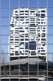 La nueva oficina de ciudad Utrecht vista de pasarela reflejó en vidrio Imagenes de archivo
