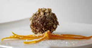 La nuez cubrió la bola del chocolate Fotos de archivo