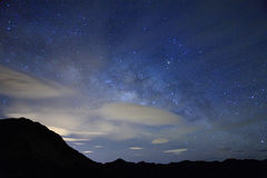 La nuit étoilée étonnante accompagnent avec la montagne Photos libres de droits