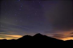 La nuit étoilée étonnante accompagnent avec le météore Image libre de droits