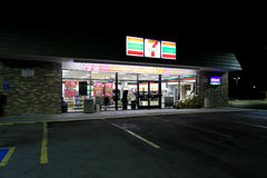 7-11 la nuit Photos stock
