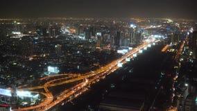 La nuit aérienne a illuminé la vue de paysage urbain des bâtiments modernes de rues de ville de roulement clips vidéos