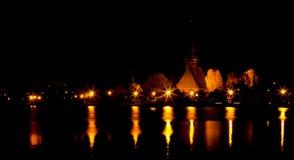 La nuit allume des réflexions dans le lac Photo libre de droits