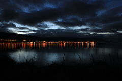 La nuit allume la ville de bord de la mer en Islande Images stock
