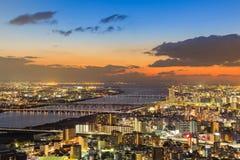 La nuit allume la vue aérienne du centre d'affaires de ville d'Osaka Photos libres de droits