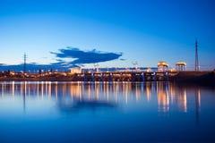 La nuit allume le barrage hydro-électrique au fleuve de Dniper Image libre de droits