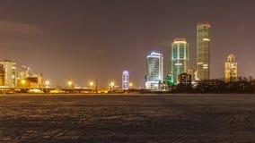 La nuit allume la ville images stock