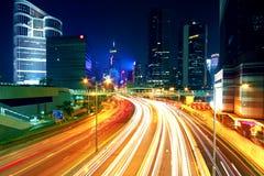 La nuit colorée de ville avec des lumières des voitures font signe brouillé en hong k Images stock
