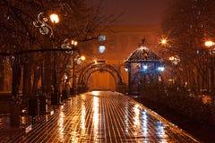 La nuit a décoré la ruelle en stationnement de ville image stock