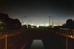 La nuit d'industrie de l'eau de serrure de Mannheim Allemagne allume le produit chimique image libre de droits