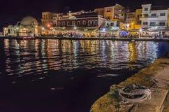 La nuit dans le vieux port venecian de Chania, Crète image stock