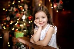 La nuit de Noël une petite fille Santa Claus de attente images libres de droits
