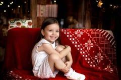 La nuit de Noël une petite fille Santa Claus de attente image stock