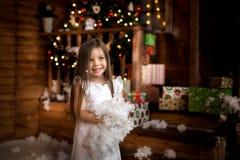La nuit de Noël une petite fille Santa Claus de attente photographie stock libre de droits