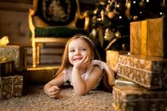 La nuit de Noël une petite fille Santa Claus de attente images stock