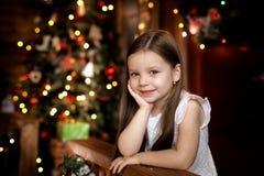 La nuit de Noël une petite fille Santa Claus de attente image libre de droits