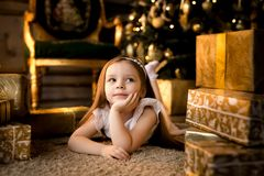 La nuit de Noël une petite fille Santa Claus de attente photo stock