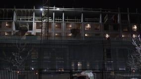 La nuit la grue de construction abaisse la taille du mélangeur banque de vidéos