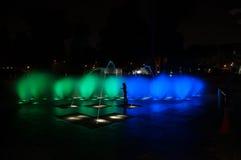 la nuit légère de fontaine rayonne l'eau rouge Image libre de droits