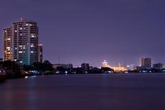 La nuit, les lumières de la grande ville près de la rivière images stock