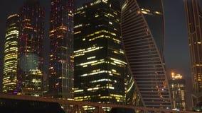 La nuit lumineuse allume le district des affaires banque de vidéos