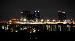 La nuit s'allume dans la ville, fond de nuit images libres de droits