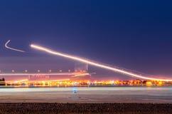 La nuit s'allume, des voies des lumières dans le mouvement des avions sur la longue exposition Photo stock