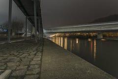 La nuit a tiré d'un pont à Ratisbonne, Bavière, Allemagne image libre de droits