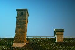 La nuit a tiré de deux cheminées de cru sur le toit Photographie stock