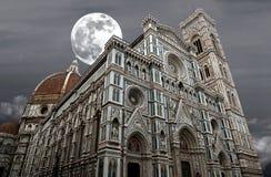 La nuit a tiré de la basilique de Santa Maria del Fiore (basilique de St Mary de la fleur) à Florence, Italie photo stock