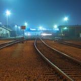 La nuit a tiré de la gare. Photos libres de droits