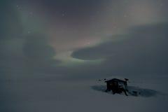 La nuit a tiré des lumières du nord dans le pays congelé d'hiver Images stock