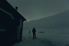 La nuit a tiré des lumières du nord dans le pays congelé d'hiver Photos stock