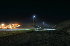 La nuit a tiré des piles de betterave à sucre avec le gerbeur pendant la récolte Photographie stock libre de droits