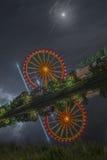 La nuit a tiré du festival folklorique avec la roue de ferris photographie stock libre de droits