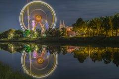 La nuit a tiré du festival folklorique avec la roue de ferris image stock