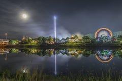 La nuit a tiré du festival folklorique avec la roue de ferris photo libre de droits