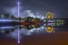 La nuit a tiré du festival folklorique avec la roue de ferris photo stock