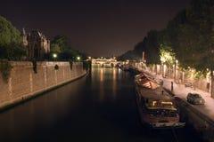 La nuit a tiré du fleuve de Seine, Paris, France Images libres de droits