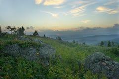 La nuit tombe en montagnes Photographie stock libre de droits