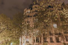 La nuit une belle maison grande entourée par les arbres grands est illuminée par des lanternes Photographie stock