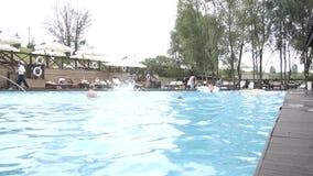 La nuotata dei bambini e si diverte nella piscina 10 08 2017 Kyiv l'ucraina stock footage